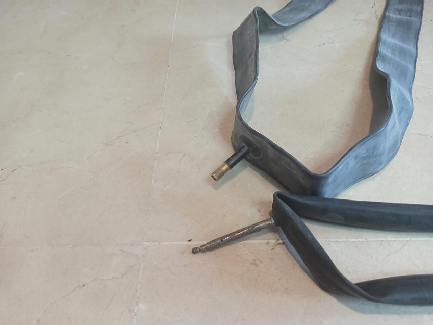 Presta and Schraeder innertube valves